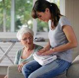 Une jeune dame aide une dame âgée