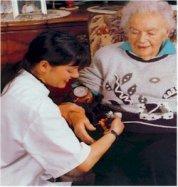 Infirmière qui prend le pouls d'une dame âgée