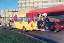 Bus 105 des TEC avec plateau élévateur à l'arrière